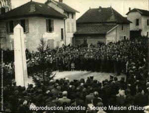 Daniel Maître à la fenêtre de la poste de Brégnier-Cordon avec sa mère le 7 avril 1946.