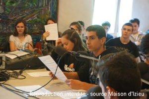 élèves enregistrant une émission de radio